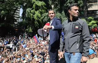 Leopoldo Lopez là một tù nhân chính trị, thủ lãnh của nhóm đối lập bị cầm tù trong thời gian qua. Ông vừa mới được phe quân nhân tôn trọng hiến pháp trao trả tự do hôm qua và Leopoldo Lopez xuống đường xông pha ở tuyến đầu ngay với Juan Guaidó.