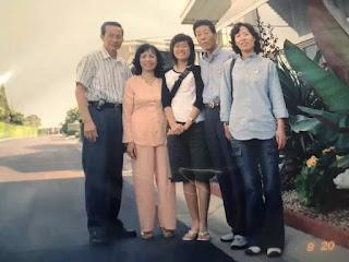 Ông bà Nguyễn Hùng Cường (trái) đón tiếp gia đình Thuyền Trưởng Jeon Je Young tại tư gia, ở Little Saigon năm 2004.