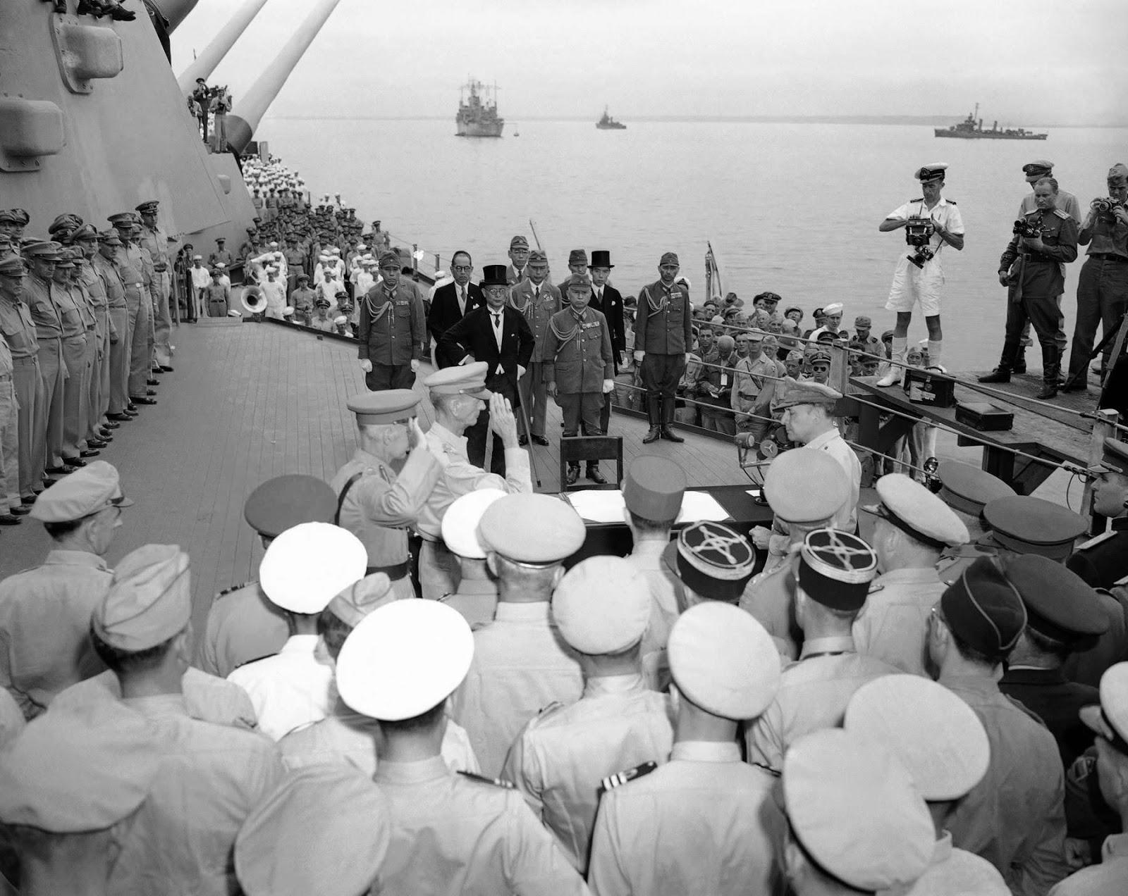 Tướng Umezu, Tổng Tham mưu trưởng quân đội Nhật ký văn kiện đầu hàng quân Đồng Minh vô điều kiện trên chiến hạm USS Missouri, ngày 02-09-1945.