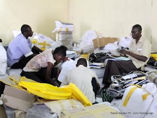 Classements des bulletins de vote par des agents électoraux  le 2/12/2011 au centre de compilation à l'enceinte de la foire internationale de Kinshasa, provenant des élections de 2011 en RDC. Radio Okapi/ Ph. John Bompengo