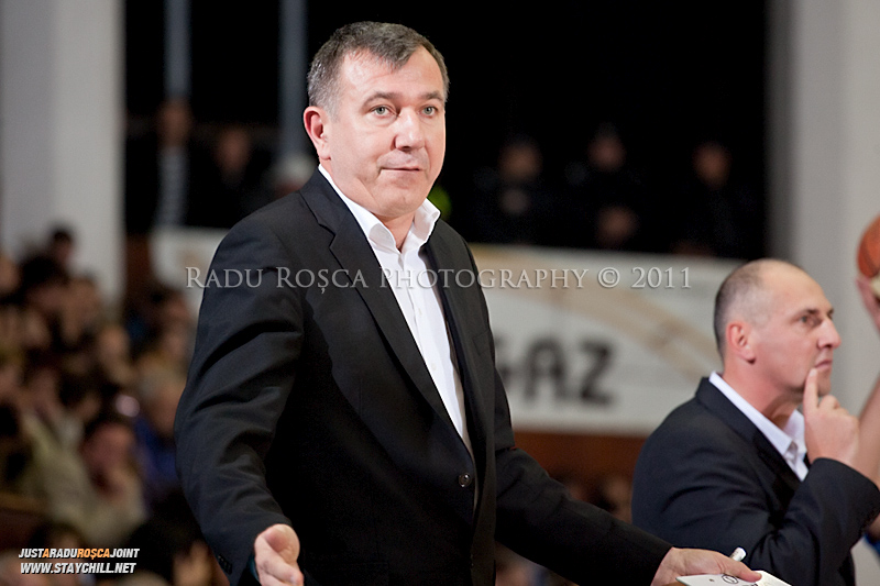 Dorin Pintea, antrenorul secund al U Mobitelco reactioneaza in timpul  partidei dintre BC Mures Tirgu Mures si U Mobitelco Cluj-Napoca din cadrul etapei a sasea la baschet masculin, disputat in data de 3 noiembrie 2011 in Sala Sporturilor din Tirgu Mures.