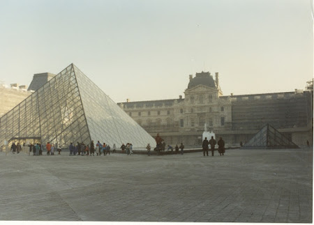 Atractii Paris: Piramida de la Luvru
