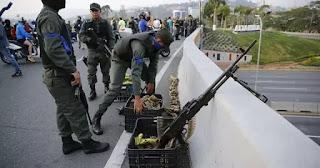 Vệ Binh Quốc Gia ly khai đang bố trí súng đại liên FM MAG trước căn cứ Không Quân La Carlota.