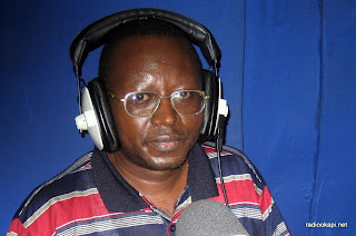 Floribert chebeya au studio de Radio Okapi à Kinshasa.