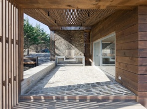 arquitectura casa de playa hecha de madera y piedra laja