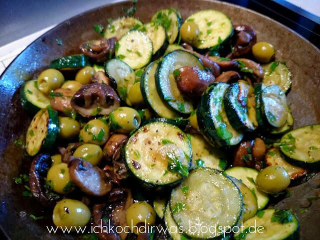 ich koch dir was marinierte zucchini und champions mit oliven. Black Bedroom Furniture Sets. Home Design Ideas