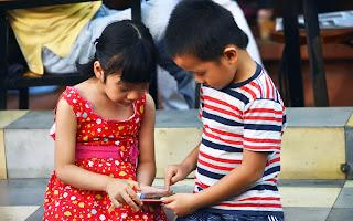 Phụ huynh cần đồng hành và gần gũi với những hoạt động của con để con không quá phụ thuộc vào điện thoại.