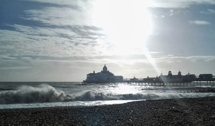 rough waves at eastbourne pier_thumb[2]