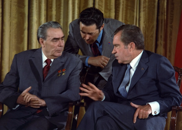 Leonid_Brezhnev_and_Richard_Nixon_talks_in_1973.png