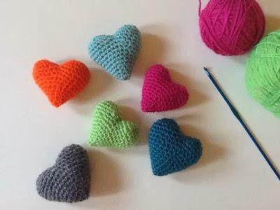 Un detalle de decoración con corazones de ganchillo