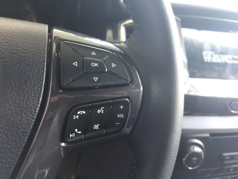 Nội thất xe Ford Everest 7 chỗ 2018 màu đen 06