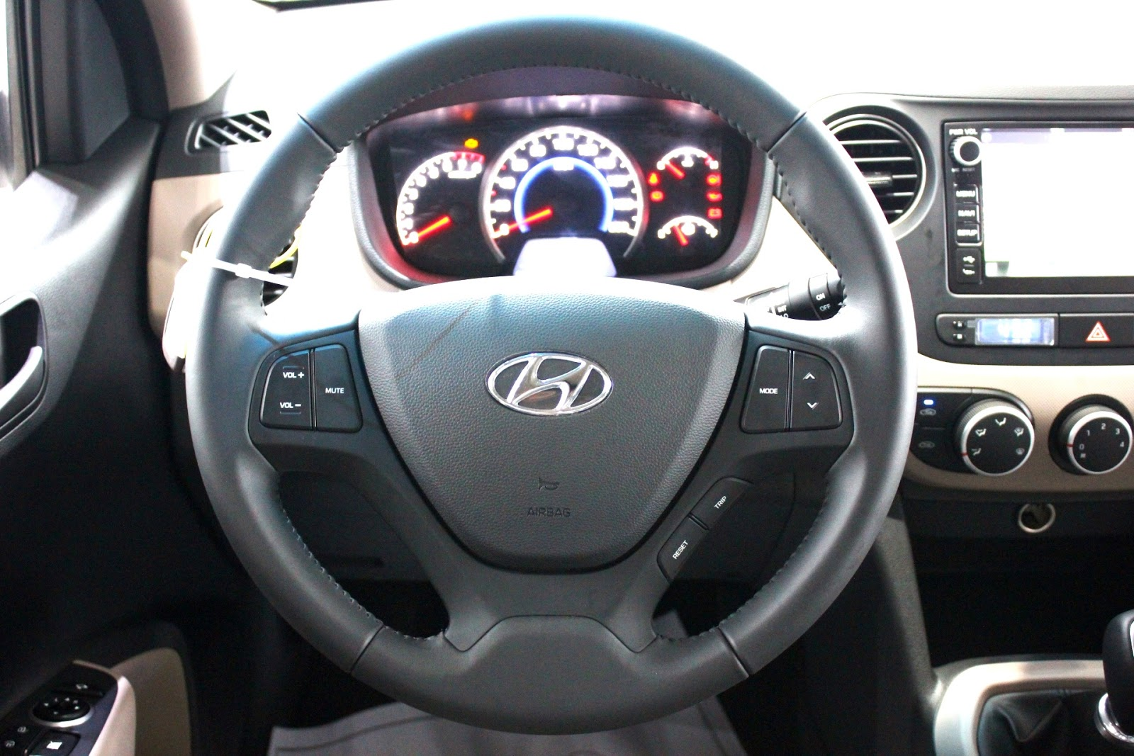 Nội thất xe Hyundai Grand i10 Hatchback 5 Cửa Màu Đỏ 02