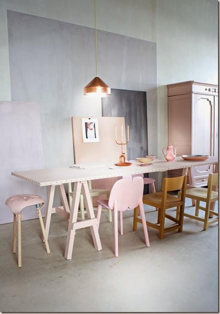 eetkamer-tafel-stoelen-roze-koper-hanglamp