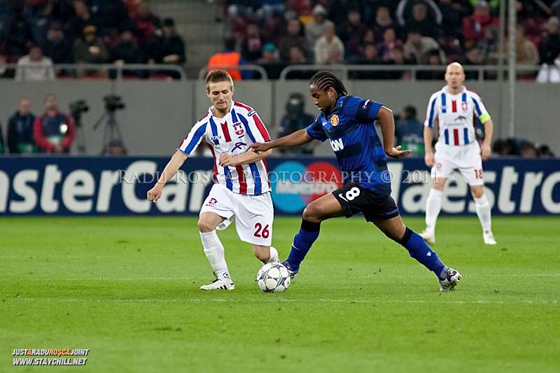 Anderson (8) incearca sa treaca de Ionut Neagu (26) in timpul meciului dintre FC Otelul Galati si Manchester United din cadrul UEFA Champions League disputat marti, 18 octombrie 2011 pe Arena Nationala din Bucuresti.