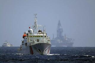 Giàn khoan Hải Dương 981 cùng nhiều tàu Trung Quốc xâm phạm vùng biển Hoàng Sa vào năm 2014