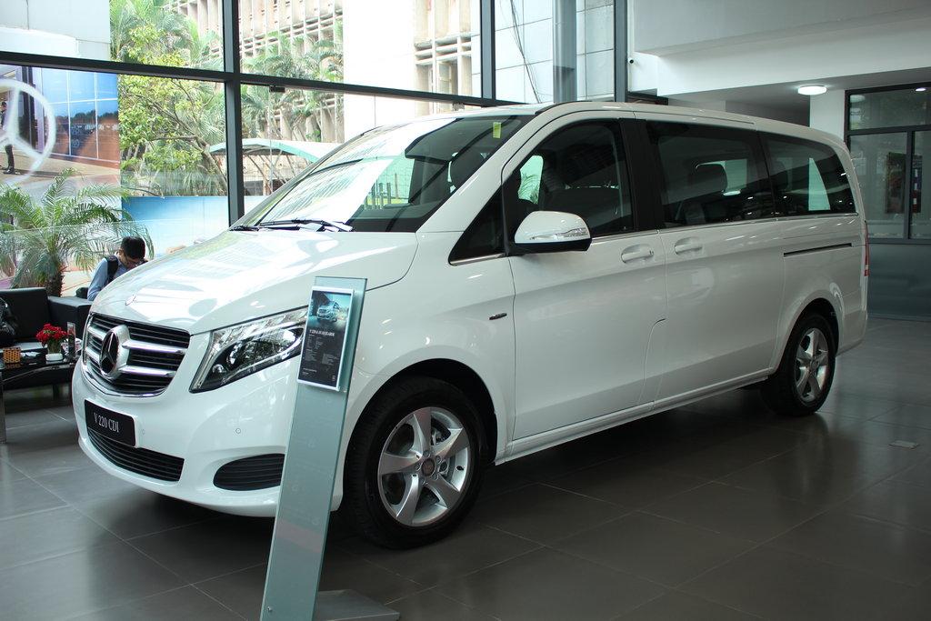 xe Mercedes Benz V220 Máy Dầu 7 chỗ Màu Trắng 02