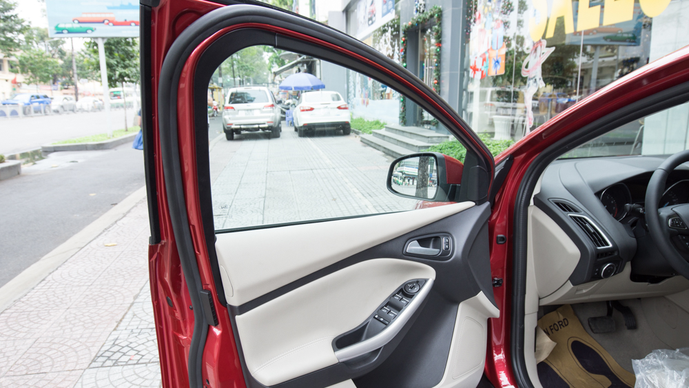 Nội thất xe ô tô Ford Focus 2018 màu đỏ 06