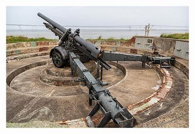 LP: Atlantikwall - Stp Tirpitz (Museum Raversyde) - erbeutete Belgische Kanone in offener Geschützbettung