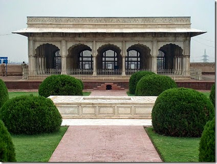 800px-July_9_2005_-_The_Lahore_Fort-Front_center_view_of_hall_of_special_audience