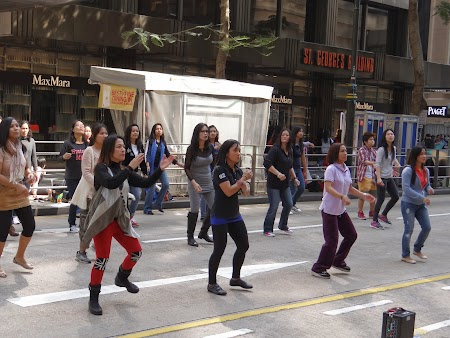 Anul Nou Chinezesc: Filipineze dansand sincron