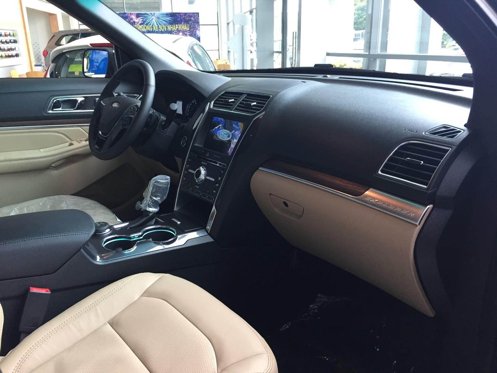 Nội thất xe Ford Explorer Limited 4WD màu xám 04