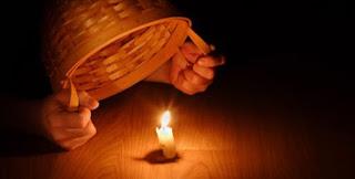 Chiếc đèn được đặt nơi cao tỏa chiếu ánh sáng / Thứ Hai, CN 25 tn.