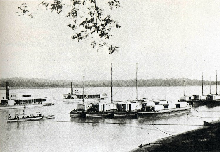 El ANTONIO LOPEZ y el PEDRITO junto a gabarras de la Compañía, en la desembocadura del Río Grande de Cagayan. Foto del libro LA COMPAÑÍA GENERAL DE TABACOS DE FILIPINAS, 1881-1981.jpg