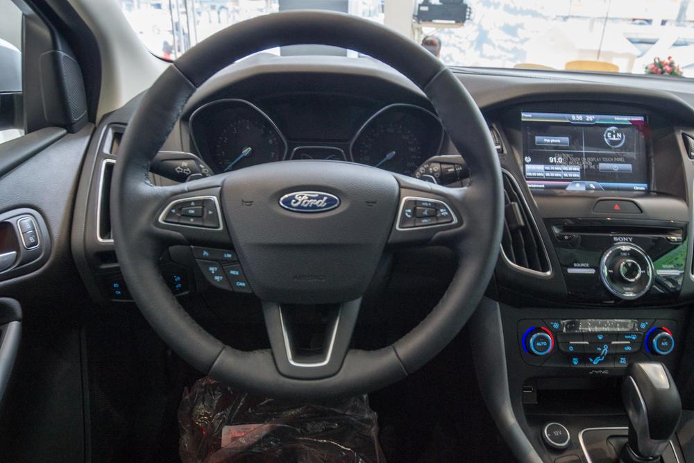 Nội thất xe ô tô Ford Focus màu bạc 03