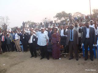 En avant-plan, Etienne Tshisekedi en chemise et bonnet blancs, accompagné de sa femme et des cadres de la fédération Katangaise de l'UDPS, lors de son meeting à Lubumbashi ce 30/07/2011