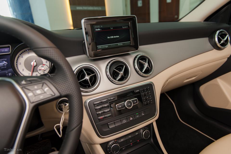 Nội thất xe Mercedes Benz GLA 200 Màu Đen 03