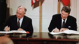 Gorbachov và Reagan ký hiệp ước hạt nhân INF, mở ra thời kỳ hoà bình giữa 2 cường quốc.