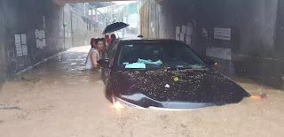 Chiếc ô tô bị mắc kẹt tại khu vực cống chui đường tàu (Xóm Còi).