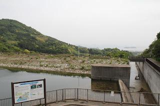 展望台よりダム湖側の堤体と三河湾を望む