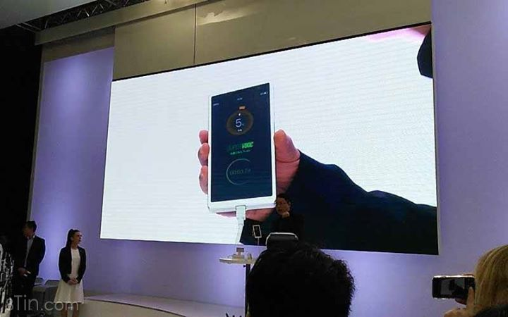 Lúc này tại #MWC2016  OPPO giới thiệu công nghệ sạc siêu