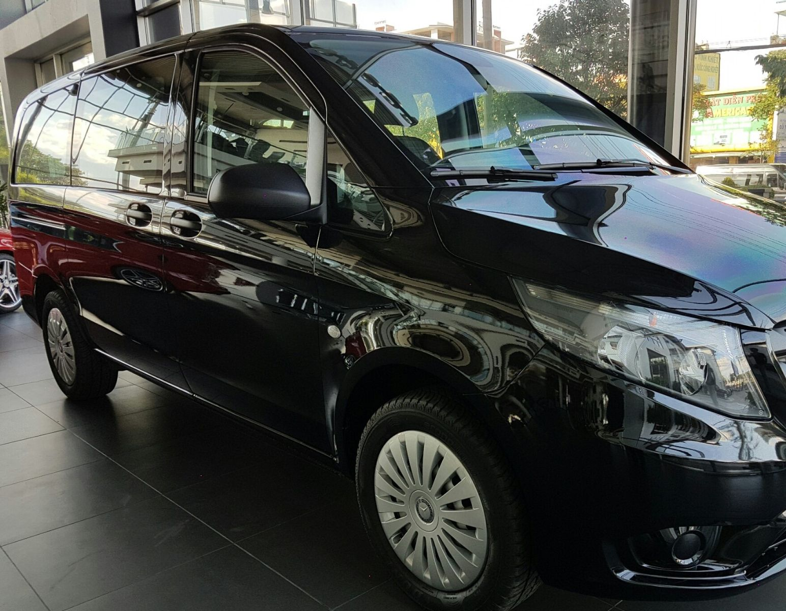 Ngoại thất Xe Mercedes Benz Vito Tourer 121 Máy Xăng màu đen 02