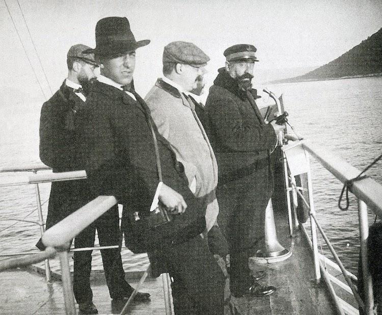 El Capitán Sr. ESTARELLAS y ODÓN DE BUEN en el puente del BALEAR.Foto Estereo. 1.908. Biblioteca Fundació Bertomeu March. Revista Estudis Balearics 88-89.jpg
