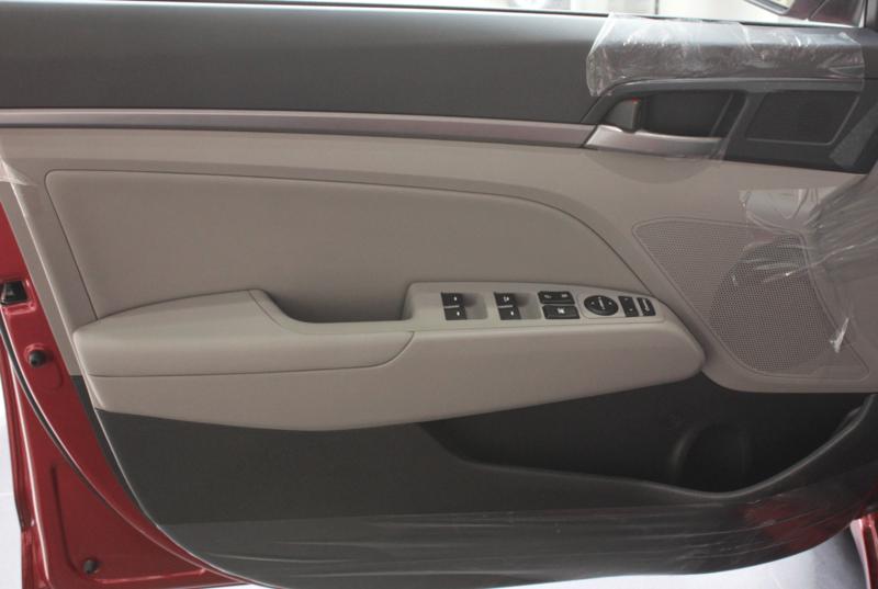 Nội thất xe Hyundai Elantra 5 chỗ màu đỏ 05