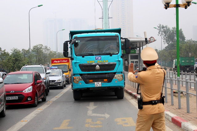 Công an giao thông xử lý xe vi phạm chở quá tải 20%