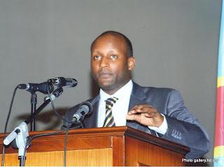 Yves Kisombe, député national, à la tribune de l'Assemblée nationale de la RDC
