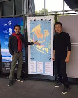 Trần Lương (trái) tại triển lãm