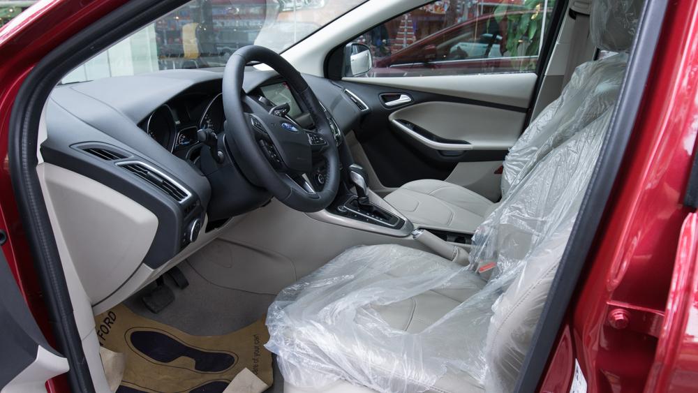 Nội thất xe Ford Focus hoàn toàn mới màu đỏ 04