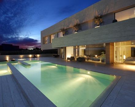 fachada-iluminacion-en-piscina