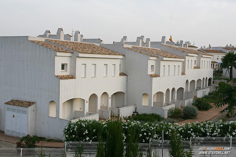 De pe acoperisul casei, peste drum