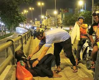 Bạn Nguyễn Tấn Tài (Gò Vấp) trao áo lạnh cho một người vô gia cư ngủ trên cầu Ông Lãnh, Q.4, Sài Gòn.