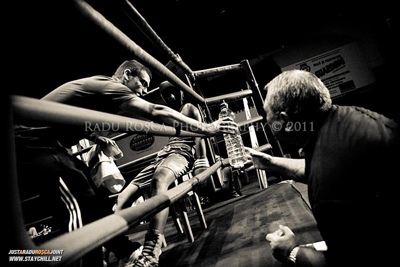 Un pugilist primeste ingrijiri in timpul unui meci din cadrul Campionatului National de Box ce se desfasoara in Sala Sporturilor din Targu Mures in perioada 27 iunie - 2 iulie 2011