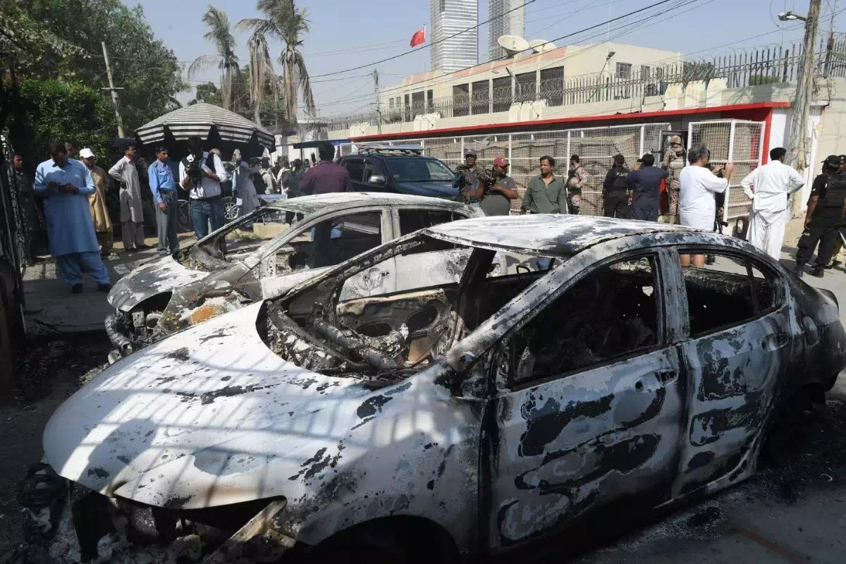 Hình ảnh 2 chiếc xe bị đốt cháy trước Lãnh sự quán Trung Quốc hôm 23/11.