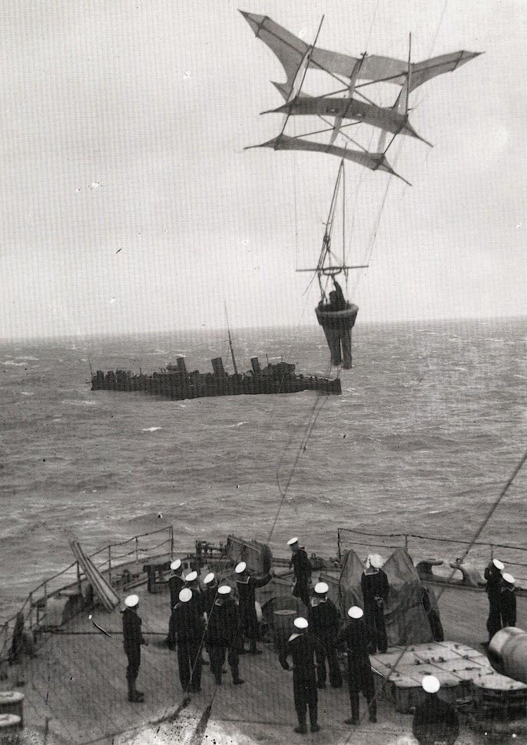 Vista de popa del REVENGE en donde se esta haciendo elevar un kite. Septiembre de 1.908. El destructor que se ve es el RECRUIT. Del libro Warship 1.994.JPG