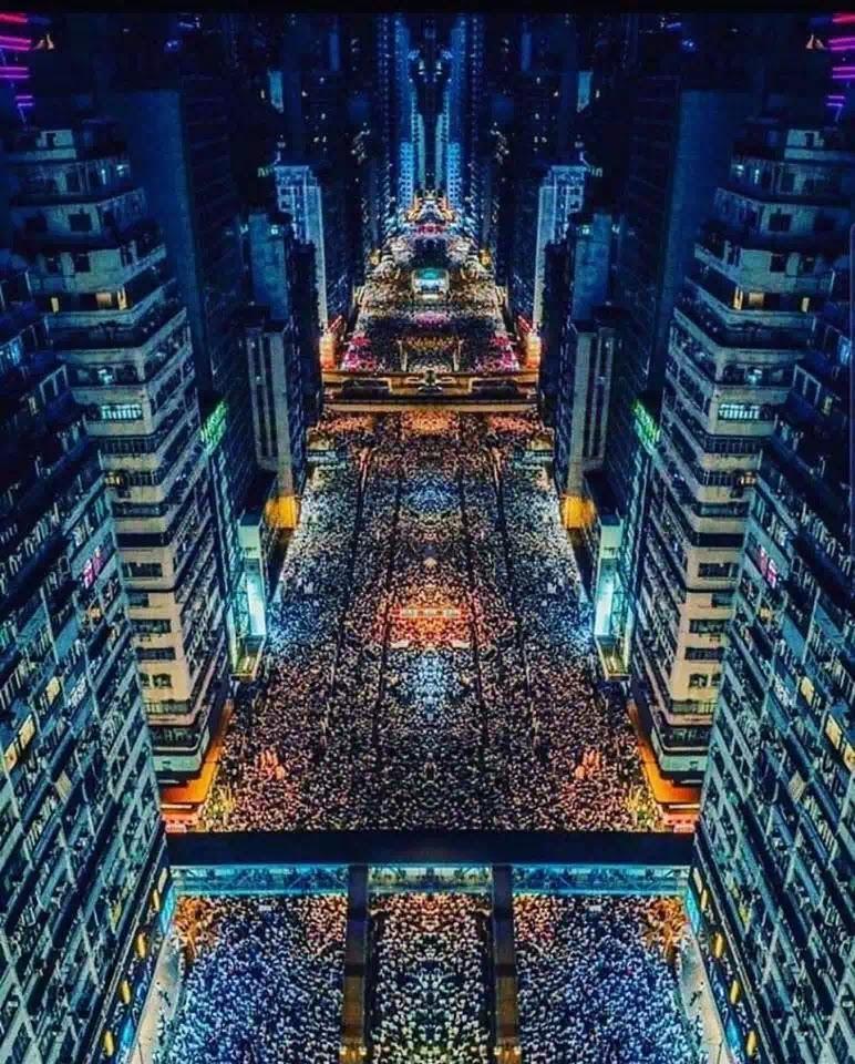 Ảnh không liên quan bài viết. Một tấm ảnh có bố cục đẹp nhưng nội dung của nó thì trên cả tuyệt vời bởi nó cho người xem hiểu thế nào là tinh thần dân chủ của người Hongkong.