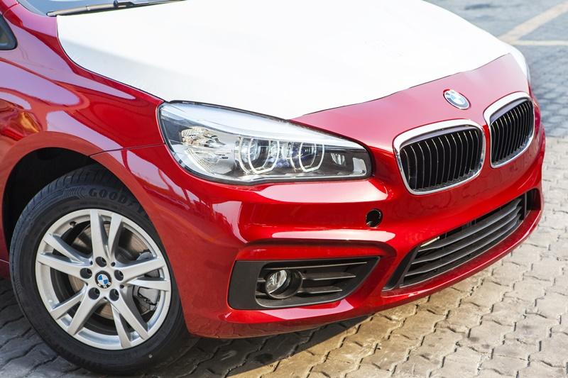 Xe BMW 218i Gran Tourer màu đỏ 02
