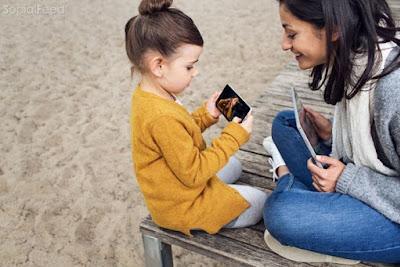 Trẻ con lúc nào cũng thích chụp ảnh tò mò xem lại